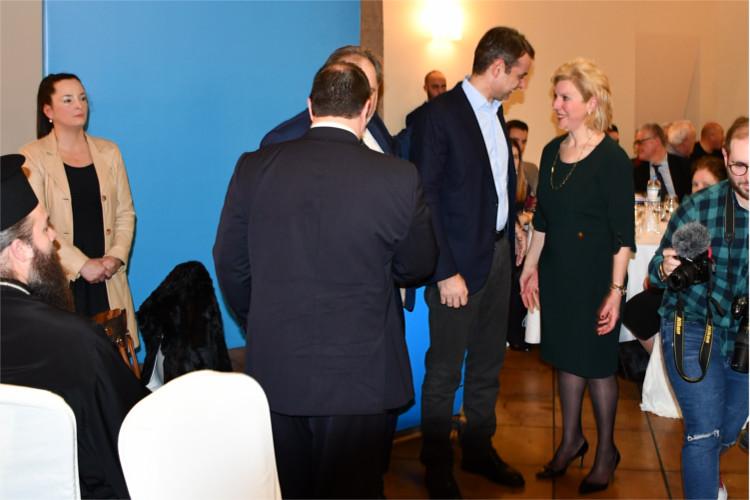 Υποψήφια Βουλευτής Ευρυτανίας Θωμαΐς Οικόνομου με τον πρόεδρο της ΝΔ Κυριάκο Μητοσοτάκη 015