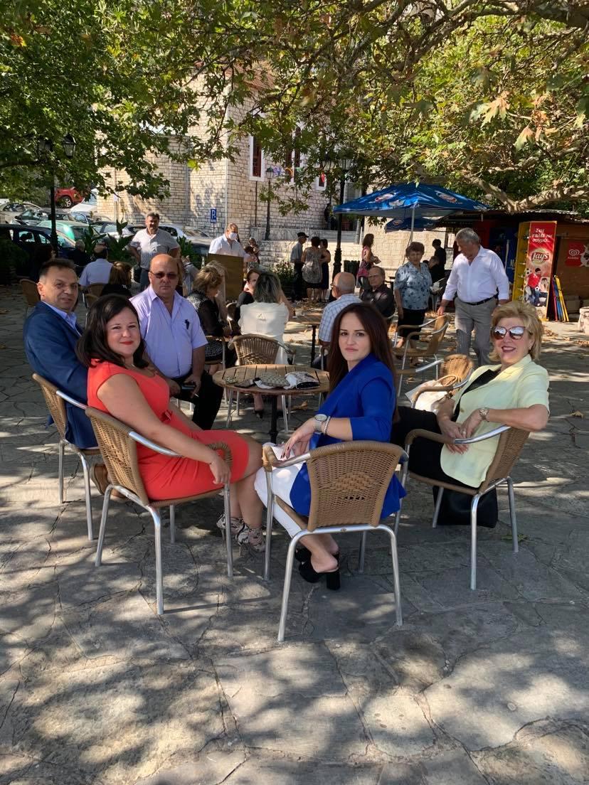 Στην πανέμορφη και ηλιόλουστη πλατεία της Δυτικής Φραγκίστας μπροστά από τον ΙΝ Γεννήσεως της Θεοτόκου 8-9 2